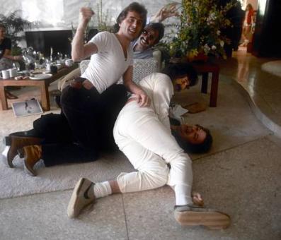 97589fef Keith Forsey (med knyttet neve) og Pete Bellotte (hvite klær) fulgte  Giorgio (i stolen) til U.S.A.