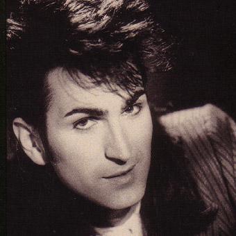 En karismatisk, pen, fargerik mann med bra stemme. Som skapt for det kulørte og poporienterte 80-tallet. Ved siden av bandt jobbet Paul litt som guide på et ... - paul_king